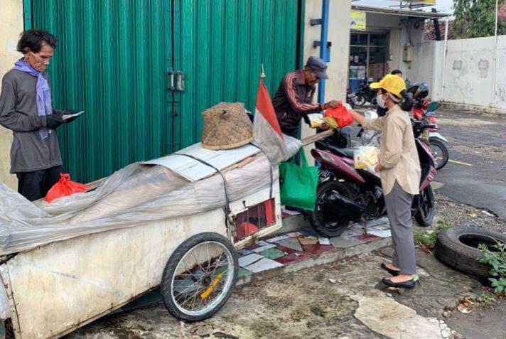 Puteri Komarudin Bagikan Nasi Kotak, Sembako dan Masker di Kabupaten Bekasi