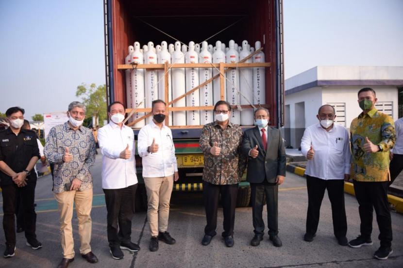 Gandeng Samator, Menko Airlangga Lepas Bantuan 3.400 Tabung Oksigen ke India