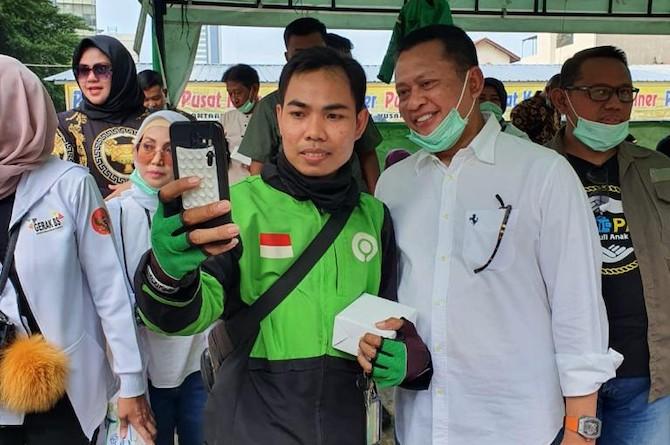 Bamsoet Bagikan Paket Sembako, Asuransi dan Partisi Portabel Bagi Ojek Online