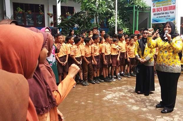 Bagikan Alat Tulis Untuk 2 SD di Kedai Durian, IIPG Sumut Peduli Anak.