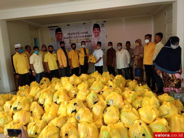 Didampingi Zigo Rolanda, Khairunas Salurkan 1000 Paket Sembako di Solok Selatan