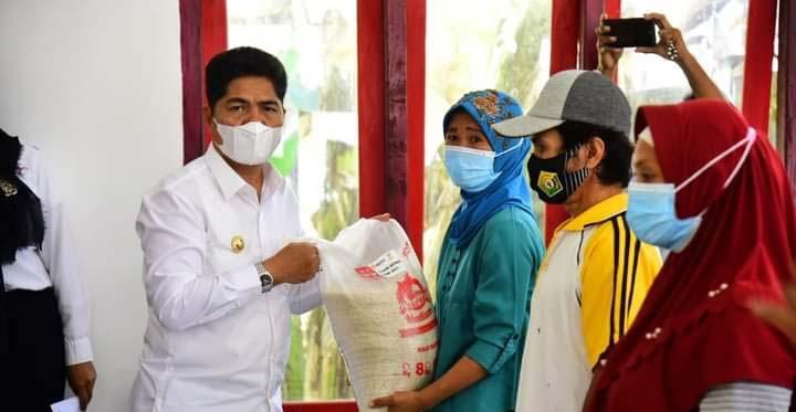 Salurkan Bansos di 2 Kecamatan di Buton, Bupati La Bakry Tegaskan Pentingnya Vaksinasi