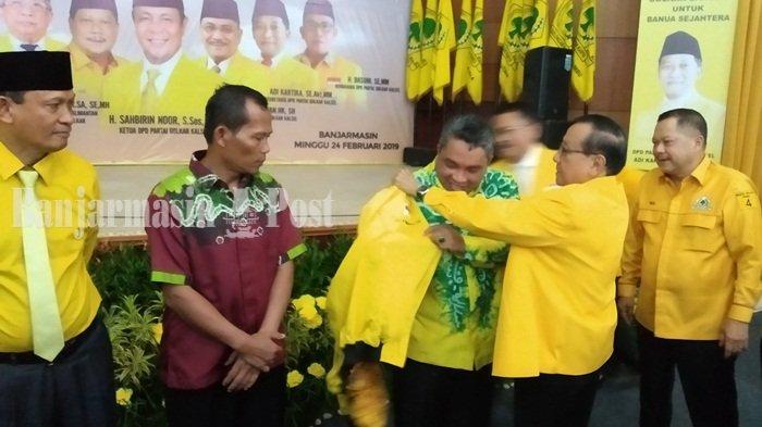 Kembali ke Golkar, Akbar Tandjung Pasangi 3 Kepala Daerah Ini Jaket Kuning