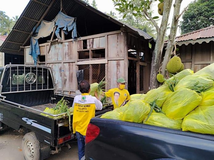Golkar Sulut Bagikan Ribuan Paket Bantuan Holtikultura Bagi Warga Minsel Terdampak COVID-19