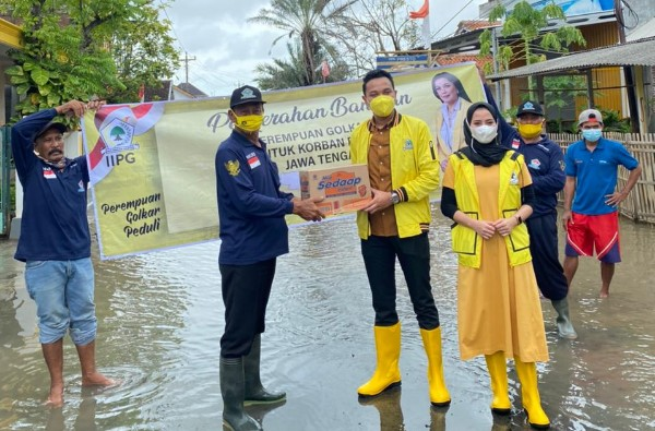 Bersama Kader Golkar Kendal, Bimo Alit Bagikan Ribuan Paket Sembako Untuk Korban Banjir di Bandengan