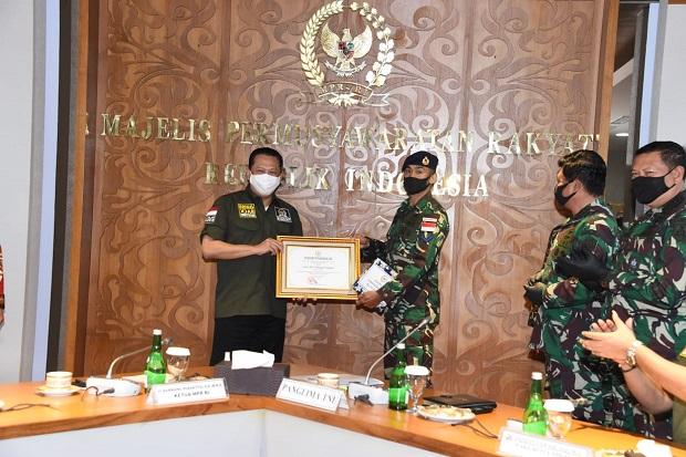 Gunakan THR Untuk Bantu Nelayan Larantuka, Bamsoet Beri Penghargaan Dua Prajurit TNI AL