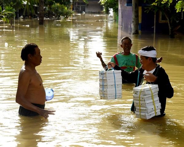 Dedi Mulyadi Turun Tangan Bantu Korban Banjir di Karang Linggar Karawang