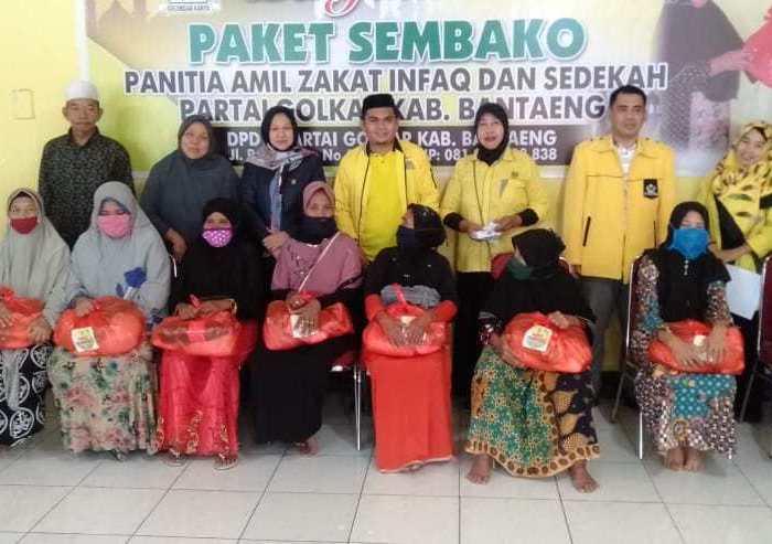 Golkar Bantaeng Bagikan Paket Sembako Untuk Ibu-Ibu Lansia dan Sopir Angkot