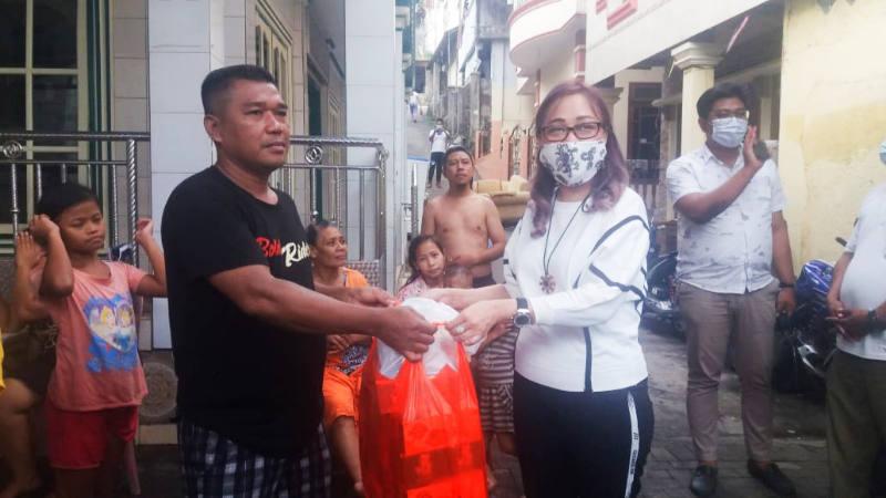 Lily Binti Salurkan Sembako Untuk Warga Korban Banjir Kota Manado