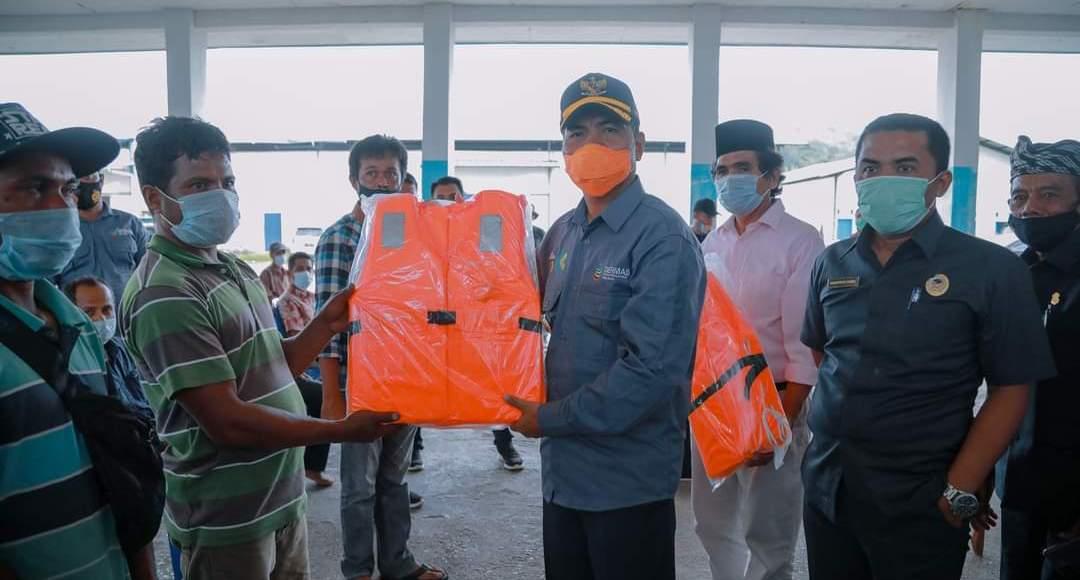Bupati La Bakry Beri Bantuan Alat Tangkap Ikan Untuk Kelompok Nelayan Buton di Pasarwajo