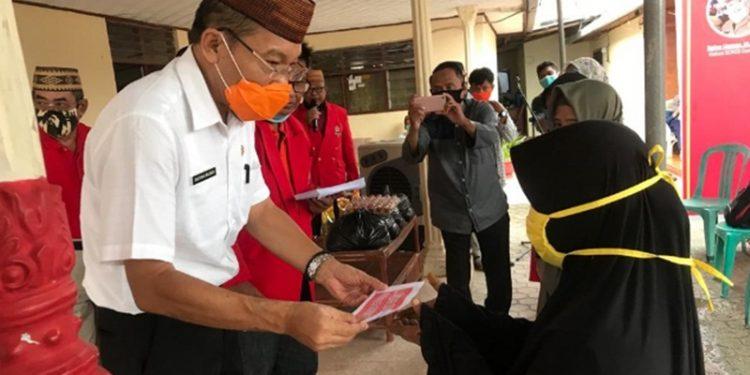 Rayakan HUT Ke-60. SOKSI Gorontalo Bagikan 250 Paket Sembako di Tamalate, Moodu dan Padebuolo