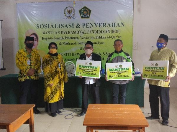 Peduli Pendidikan Agama, Itje Siti Dewi Kuraesin Bantu 62 Ponpes, TPA, Madrasah Dinniyah