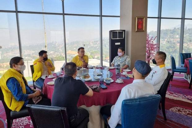 Kenakan Kaos Kuning, Ridwan Kamil Sambangi Airlangga Hartarto di Kota Bandung