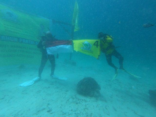 HUT Ke-56, Kader Golkar Aceh Kibarkan Bendera Partai dan Merah Putih Di Dasar Laut Sabang