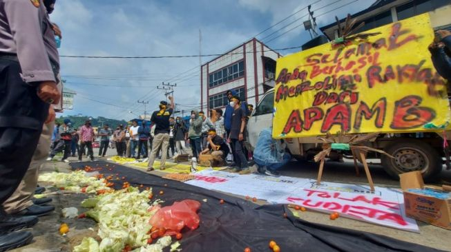Kader Beringin Halau Massa Pendukung Makmur HAPK Dari Depan Kantor Golkar Kaltim