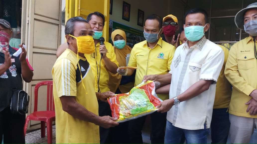 Bersama Kader Golkar Polman, Samsul Mahmud Bagikan 1200 Paket Sembako Ke Tukang Becak dan Bentor