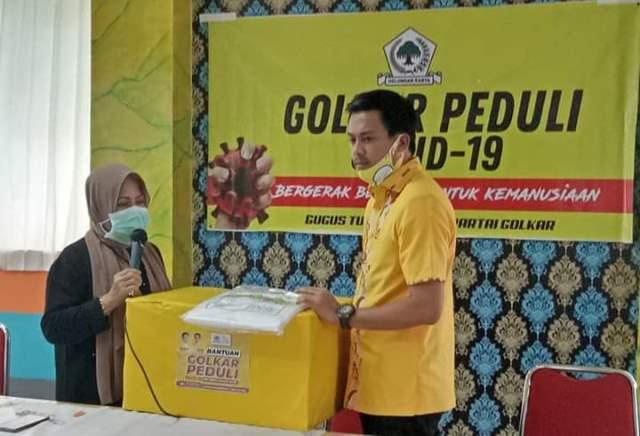 Andi Nurhaldin Halid Serahkan Bantuan APD dan Masker ke Tenaga Medis Puskesmas Pattingalloang