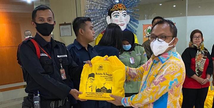Fraksi Golkar Bagikan 125 Paket Sembako Untuk Pamdal dan Tenaga Kebersihan Gedung DPRD DKI